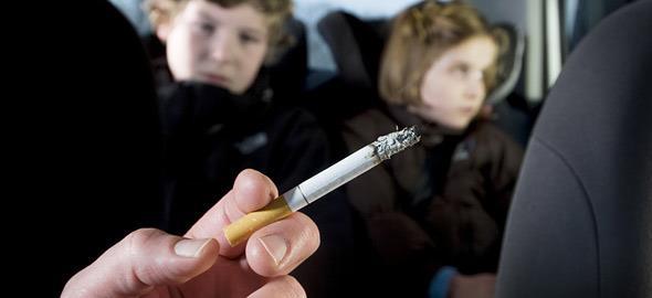 Πώς οι μπαμπάδες που καπνίζουν καταστρέφουν την υγεία των παιδιών τους