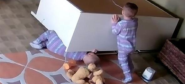 Απίστευτο βίντεο: Δίχρονο αγόρι σώζει τον αδελφό του από συρταριέρα