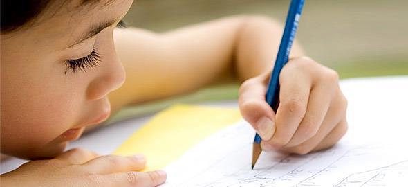 4 έξυπνα κόλπα για να μάθετε στο παιδί να κρατάει σωστά το μολύβι
