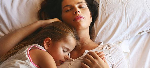 «Το να ξαπλώνεις δίπλα στο παιδί μέχρι να αποκοιμηθεί δεν είναι κακό»