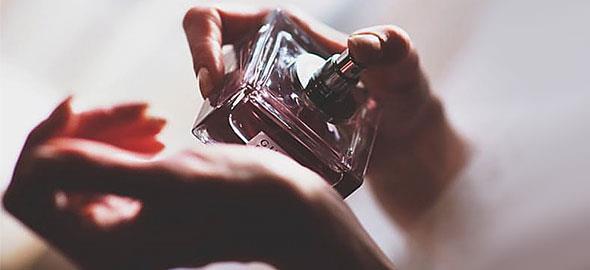 8 μυστικά των γυναικών που μυρίζουν πάντα υπέροχα