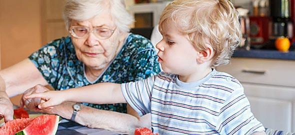 Πώς να τρώει το παιδί σωστά όταν μένει στη γιαγιά