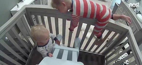Αγοράκι βοηθάει το αδερφάκι του να αποδράσει από την κούνια σ΄ένα απίστευτο βίντεο