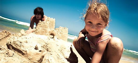 Παίζοντας με τη μαμά στην παραλία: 10 παιχνίδια στην άμμο