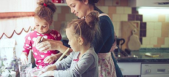 Μικροί και μεγάλοι στην κουζίνα: Γιατί έχει σημασία να μαγειρεύουμε και να τρώμε όλοι μαζί