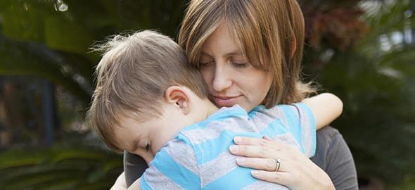 Γιατί η αγκαλιά της μαμάς είναι το καλύτερο φάρμακο