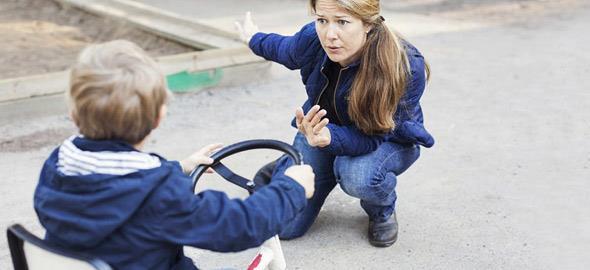 Επιτρέπεται ή όχι να παρεμβαίνουμε όταν η συμπεριφορά ενός ξένου παιδιού ξεπερνά τα όρια;