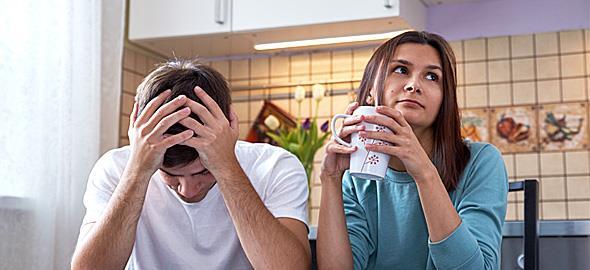 Θέλω να μετακομίσουμε στο σπίτι της μητέρας μου λόγω οικονομικών προβλημάτων αλλά ο άντρας μου διαφωνεί. Υπάρχει άλλη λύση;