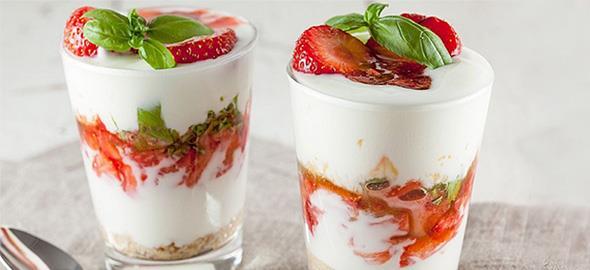 4 δροσερά γλυκά ψυγείου με γιαούρτι