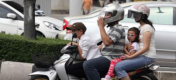«Μπορείς να σταματήσεις να βάζεις το παιδί στο μηχανάκι χωρίς κράνος;»