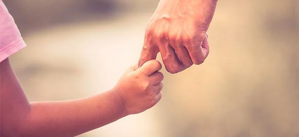 «Αυτή είναι η καλύτερη συμβουλή που μου έδωσε ο μπαμπάς μου»: 11 γονείς θυμούνται