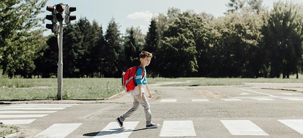Πώς θα μάθετε στα παιδιά να περνούν με ασφάλεια τον δρόμο: 8 διασκεδαστικοί τρόποι