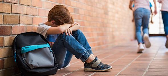 Πώς να πείσετε το παιδί να μιλήσει στον συμμαθητή του που κάθεται μόνος του στο διάλειμμα