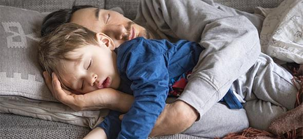 Ο γιος του άντρα μου θέλει να κοιμάται με τον πατέρα του όταν μας επισκέπτεται. Πώς να το χειριστώ;
