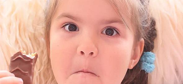 Η 8χρονη κόρη μου μας μιλάει άσχημα και είναι κακομαθημένη γιατί οι παππούδες της δεν της χαλάνε χατίρι. Τι μπορώ να κάνω;