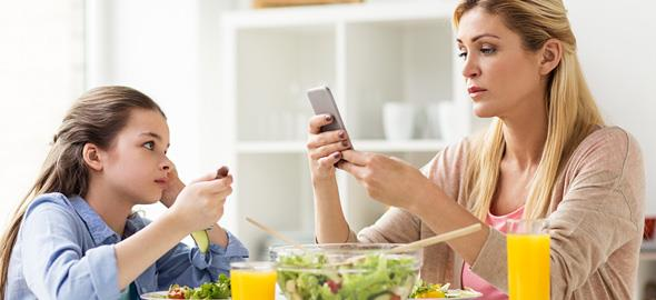 Πώς τα smartphones αλλάζουν τη δομή της οικογένειας και πώς να προστατευθούμε