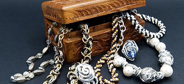 4 εύκολοι και αποτελεσματικοί τρόποι να καθαρίσετε τα faux bijoux σας