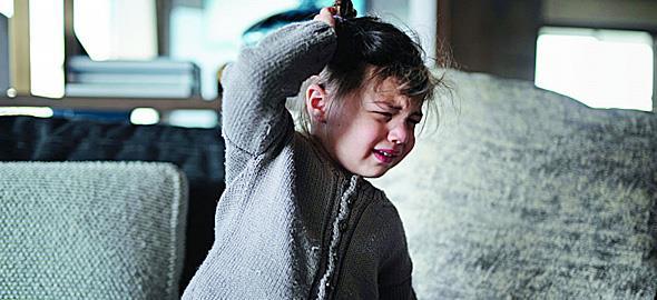 Όταν λέω «όχι» στην κόρη μου, χτυπάει το κεφάλι της όπου βρει. Τι να κάνω για να σταματήσει;