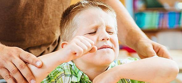 Όταν ο γιος μου ενοχλείται από τα άλλα παιδιά, τα χτυπάει. Tι να κάνω;