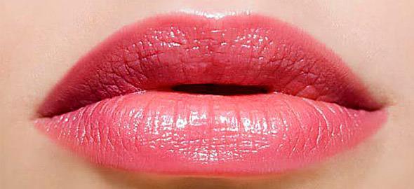 Το κόλπο που θα κάνει τα χείλη σας να φαίνονται πιο μεγάλα