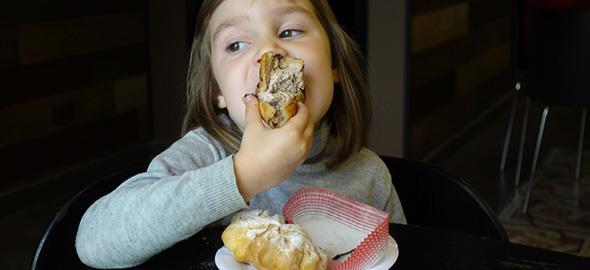 Πώς μπορώ να μιλήσω στην κόρη μου για την διατροφή της χωρίς να το πάρει αλλιώς και να σταματήσει να τρώει;