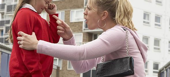 «Είδα μια μαμά να φέρεται άσχημα δημόσια στο παιδί της: Να επέμβω;»