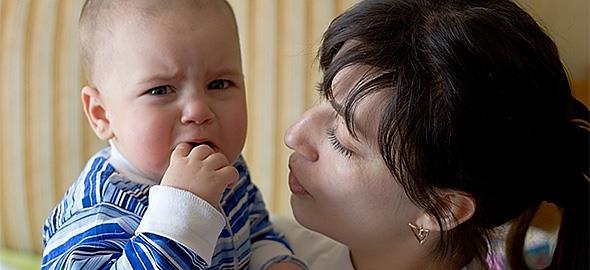 Το 22 μηνών μωρό μου δείχνει να φοβάται τον κόσμο. Να ανησυχώ;