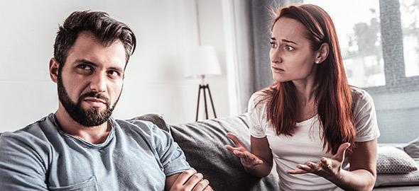 Ο σύντροφός μου θέλει να με απομακρύνει από τους γονείς μου. Τι να κάνω;