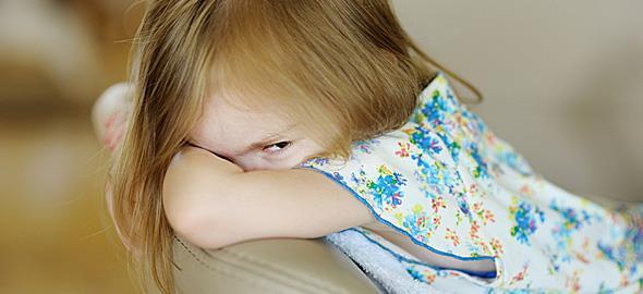 Η κόρη μου ξαφνικά δεν θέλει κανέναν, δεν τρώει και είναι επιθετική. Πώς να την βοηθήσω;