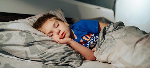 Ο 7χρονος γιος μου βρέχει το κρεβάτι του. Πώς μπορώ να τον βοηθήσω;