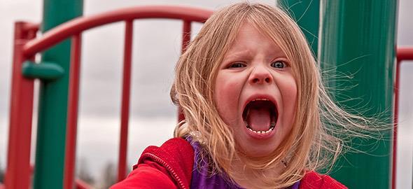 Η δασκάλα της 4 χρονών κόρης μου παραπονιέται ότι είναι ατίθαση. Τι μπορώ να κάνω;