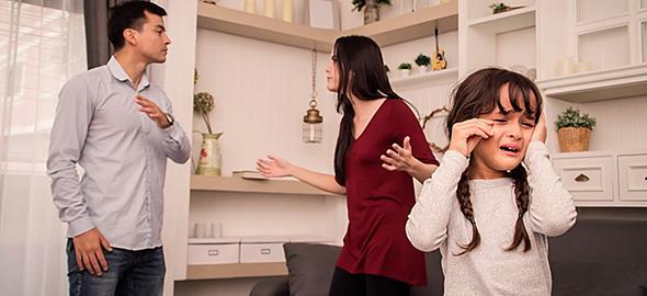 Ο σύζυγός μου με κατηγορεί συνεχώς μπροστά στα παιδιά. Πώς να διαχειριστώ αυτήν την κατάσταση;