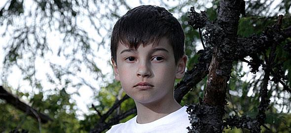Ο 12χρονος γιος μου θέλει να φύγει από την κατασκήνωση επειδή του λείπω. Τι να κάνω;