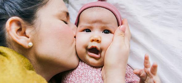 Γιατί είναι επικίνδυνο οι ξένοι να φιλάνε τα μωρά μας