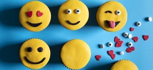 Πώς να φτιάξετε τα emoji cupcakes του Άκη Πετρετζίκη σε 3 μόνο βήματα