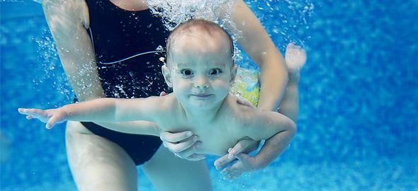 Βρεφική κολύμβηση: Τα υπέρ, τα κατά και τί να προσέξετε