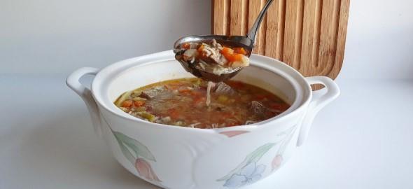 Νόστιμη και θρεπτική σπιτική κρεατόσουπα με λαχανικά