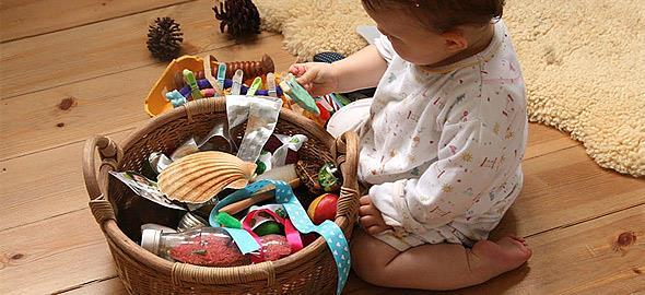 Πώς ωφελεί τα παιδιά να παίζουν με καθημερινά αντικείμενα