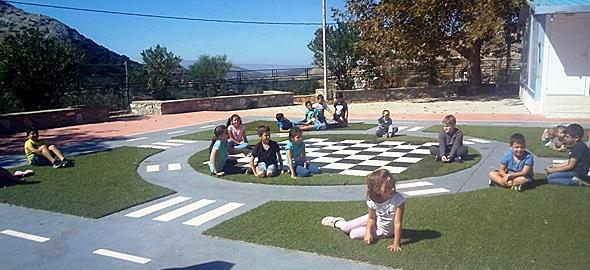 Το ωραιότερο σχολικό προαύλιομε επιδαπέδια παιχνίδιαβρίσκεται στη Νάξο!