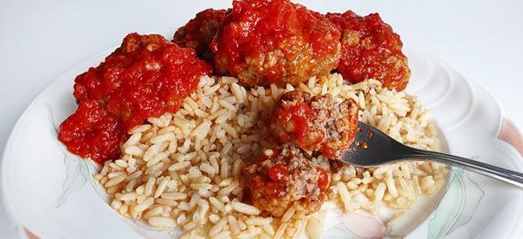 Πώς να φτιάξετε λαχταριστά σουτζουκάκια με κόκκινη σάλτσα