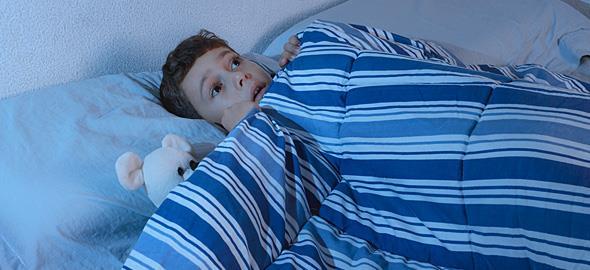 Ο 9χρονος γιος μου τα βράδια έρχεται στο κρεβάτι μου επειδή φοβάται τους κλέφτες. Πώς μπορώ να τον βοηθήσω;