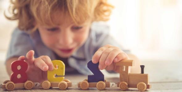 Μαθηματικά για μπόμπιρες: πώς μαθαίνει ένα νήπιο αριθμούς και σχήματα παίζοντας