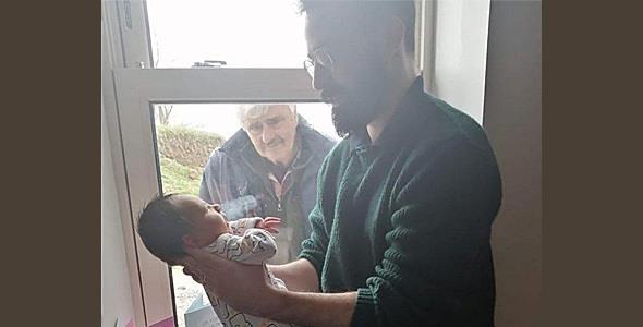Παππούς συναντάει για πρώτη φορά το εγγόνι τον καιρό του κορονοϊού!