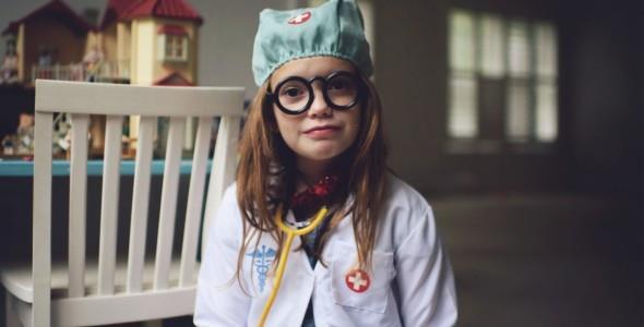 Οι γιατροί που παλεύουν με τον κορονοϊό είναι οι νέοιυπερήρωες των παιδιών μας