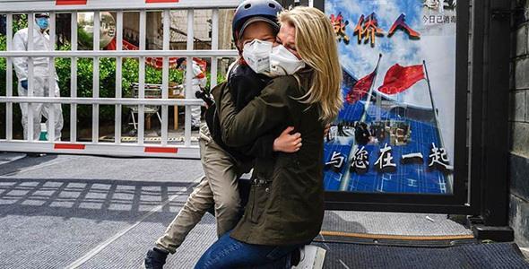Μητέρα αγκαλιάζει το παιδάκι της μετά από 49 ημέρες στην καραντίνα και συγκινεί