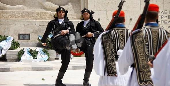 Ράγισαν καρδιές στην αλλαγή φρουράς στη μνήμη της γενοκτονίας των ...