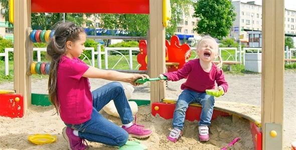 4 ανησυχητικές συμπεριφορές του παιδιού μας, ότανβρίσκεται με άλλα παιδάκια