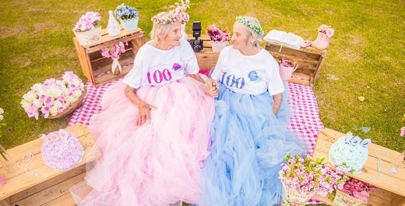 Δίδυμες αδελφές έκλεισαν τα 100και το γιόρτασαν με μια φανταστική φωτογράφηση!