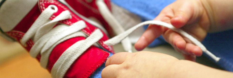 Πώς να μάθετε στο παιδί να ντύνεται μόνο του
